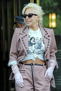 """Lady Gagas T-Shirt ziert ein Bild von """"Schneeflittchen"""". (Bild: Bullspress)"""