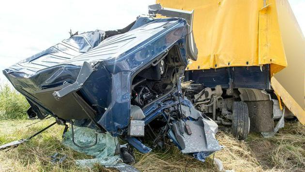 Lkw mit Zug kollidiert: Mann (62) schwer verletzt (Bild: APA/FOTOKERSCHI.AT/WERNER KERSCHBAUMMAYR)