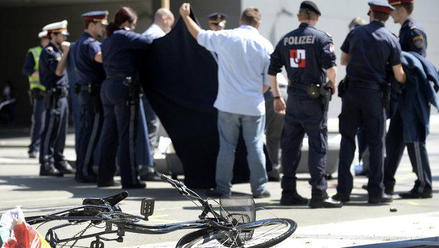 Radfahrerin (39) von Lastwagen überrollt - tot (Bild: APA/ROLAND SCHLAGER)