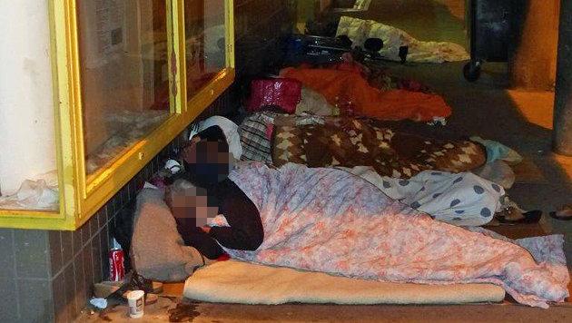 Bettler hausen vor Wohngebäude: Mieter verzweifelt (Bild: Privat)