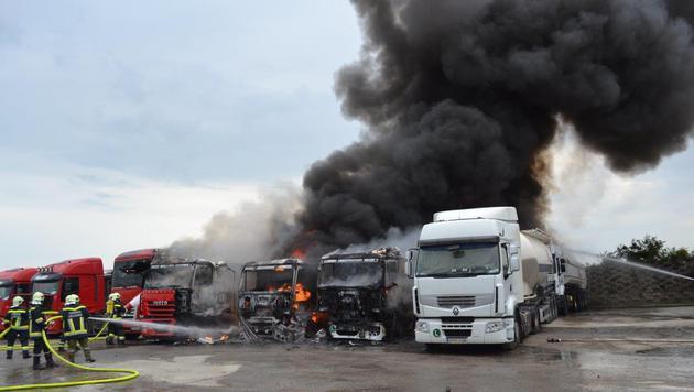 Zehn Lastwagen auf Firmenparkplatz ausgebrannt (Bild: Einsatzdoku.at)