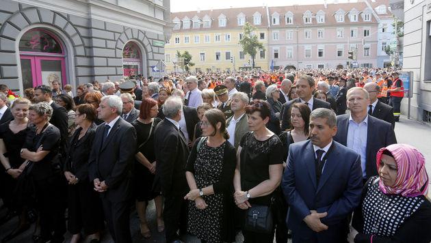Graz: Tausende trauern um Opfer des Amokfahrers (Bild: APA/ERWIN SCHERIAU)