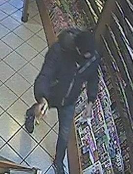 Der Räuber in der Linzer Trafik mit gezückter Pistole. Die goldene Waffe wurde für 3. Coup benutzt. (Bild: Polizei)