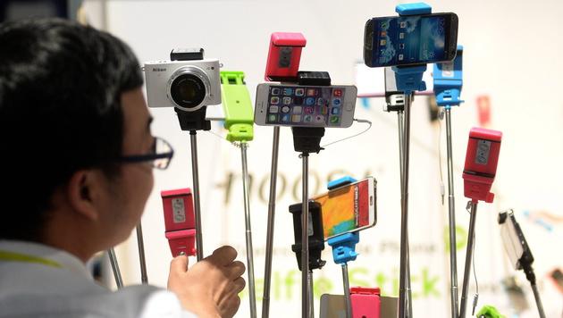Disney verbannt Selfie-Sticks aus Freizeitparks (Bild: APA/EPA/BRITTA PEDERSEN)