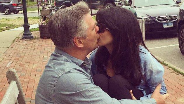 Alec Baldwin küsst seine Frau Hilaria. Der Kuss zwischen Liebenden ist der Schlüssel zur Sexualität. (Bild: Viennareport)
