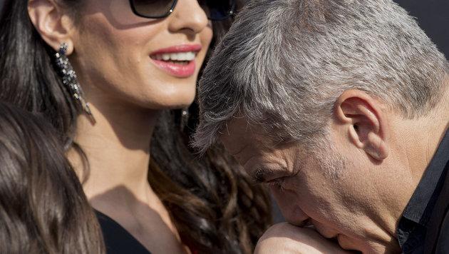 Und auch nicht die Hände! George Clooney küsst seiner Frau Amal die Hand. (Bild: Viennareport)