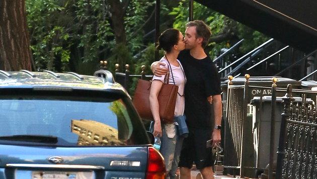 Knutschen setzt Glückshormone frei - auch bei Anne Hathaway und ihrem Schatz Adam Shulman. (Bild: www.viennareport.at)