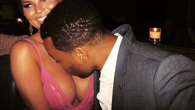 Es sind nicht die Brüste! Im Bild: John Legend küsst die Brüste seiner Frau Chrissy Teigen. (Bild: www.viennareport.at)
