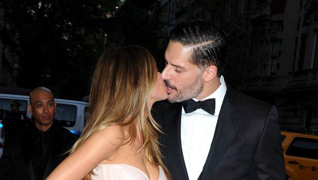 Sofia Vergara küsst ihren Mann Joe Manganiello. Ein Kuss ist der innigste Ausdruck von Liebe. (Bild: Viennareport)