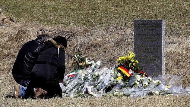 Gedenkstein für die Opfer der Germanwings-Katastrophe in Le Vernet (Bild: APA/EPA/ALBERTO ESTEVEZ)