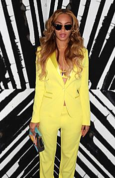 Beyonce ganz lässig im gelben Hosenanzug (Bild: Viennareport)