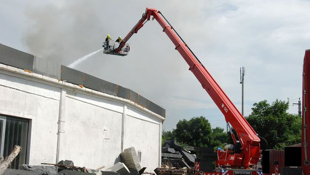 Großbrand auf Firmenareal hielt Feuerwehr in Atem (Bild: Herbert Wimmer/Pressestelle BFK Mödling)