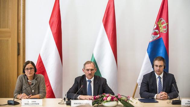 Innenministerin Mikl-Leitner mit ihren Kollegen Pinter (Ungarn) und Stefanovic (Serbien) (Bild: APA/EPA/JANOS MARJAI)