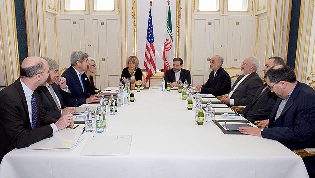 Die Atom-Verhandler in Wien, darunter US-Außenminister Kerry und sein iranischer Kollege Zarif (Bild: APA/EPA/US Department of State/Handout)