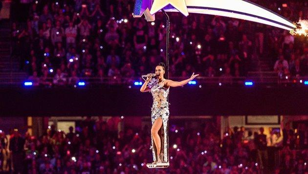 Katy Perry schwebt während der Super-Bowl-Halftime-Show über dem Publikum. (Bild: 2015 Getty Images)