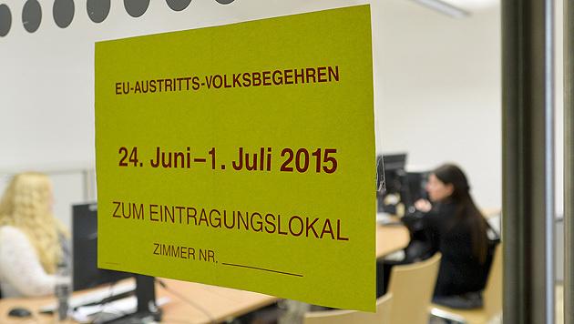 261.159 unterschrieben EU-Austritts-Volksbegehren (Bild: APA/Herbert Neubauer)