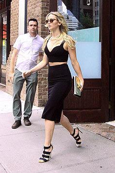 Perfekt kombiniert Jennifer Lawrence eine goldene Clutch zum schwarzen Michael-Kors-Ensemble. (Bild: Splash)
