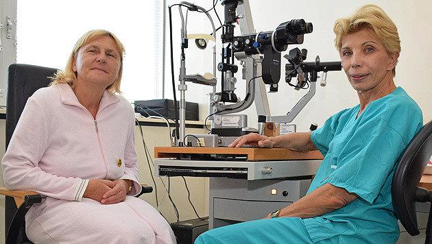 Susanne Binder (rechts) mit ihrer Patientin (Bild: APA/MIERAU)