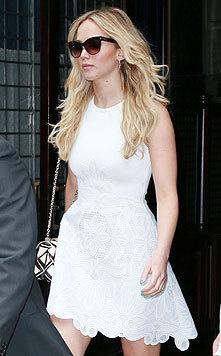 Das zarte weiße Kleid betont perfekt Jennifer Lawrences tolle Figur. (Bild: Viennareport)