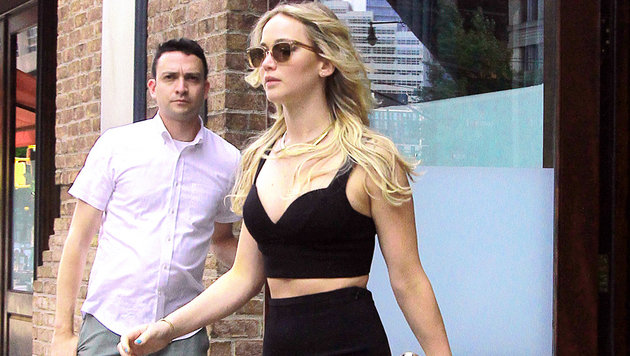 Hot: Jennifer Lawrence zeigt in New York ihre sexy Taille im Crop-Top und Bleistiftrock. (Bild: Splash)