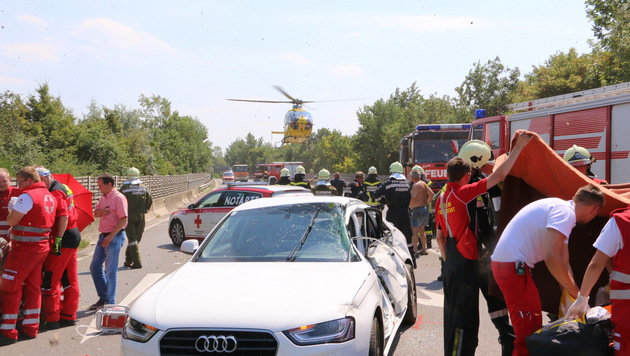Auto kollidiert mit Bundesheer-Lkw: Zwei Verletzte (Bild: BFKDO Tulln/Öllerer)