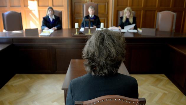 OLG bestätigt Urteil gegen Demonstrant Josef S. (Bild: APA/ROLAND SCHLAGER)