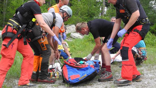 Einsatzkräfte der Bergrettung während der Bergung (Bild: APA/BERGRETTUNG REICHENAU)