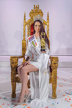 Annika Grill auf ihrem Thron mit Krone und Zepter der Schönheitskönigin von Österreich. (Bild: Viennareport)
