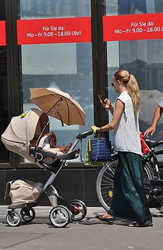 Balletttänzerin Karina Sarkissova mit Baby in Wien (Bild: Starpix/A. Tuma/SPY)