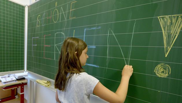 Erstes Zeugnis für 11.000 steirische Volksschüler (Bild: APA/ROLAND SCHLAGER)