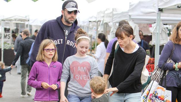 Ben Affleck und Jennifer Garner mit den drei gemeinsamen Kindern wenige Wochen vor ihrer Trennung (Bild: Viennareport)
