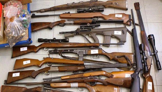Ein Teil der sichergestellten Waffen (Bild: Polizei/Dietrich)