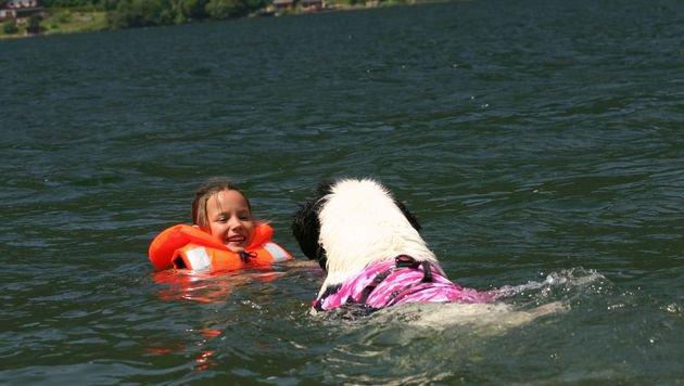 """Übungskind Anna ist schnell erreicht und wird dann vorsichtig """"angeschwommen"""". (Bild: Claudia Fischer)"""