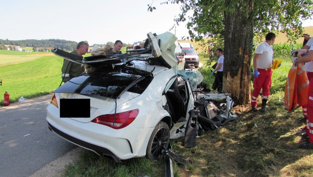Sportwagen kracht gegen Baum - 3 Schwerverletzte (Bild: APA/FF NEUHOFEN IM INNKREIS)