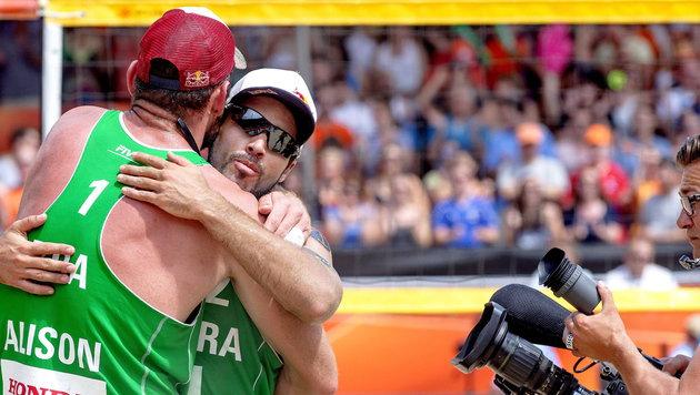 Beachvolley: WM-Gold für Brasilianer Alison/Bruno (Bild: APA/EPA/SANDER KONING)