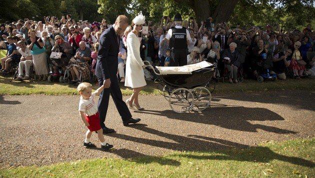 Prinz William, Herzogin Kate mit Söhnchen George und Prinzessin Charlotte am Weg zur Taufe (Bild: AP)