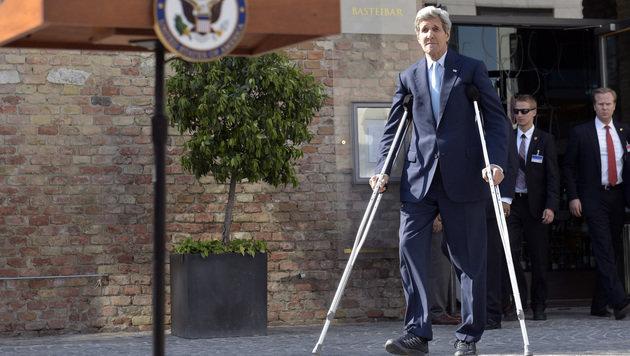 US-Außenminister Kerry geht nach seinem Radunfall in der Schweiz noch auf Krücken. (Bild: APA/HANS PUNZ)