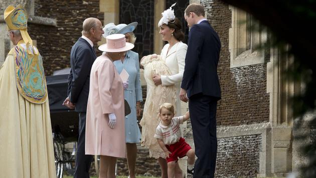 Vier Generationen: Queen Elizabeth, Prinz Philip, (Stief-)Mama Camilla, Kate, William und die Kids (Bild: AP)