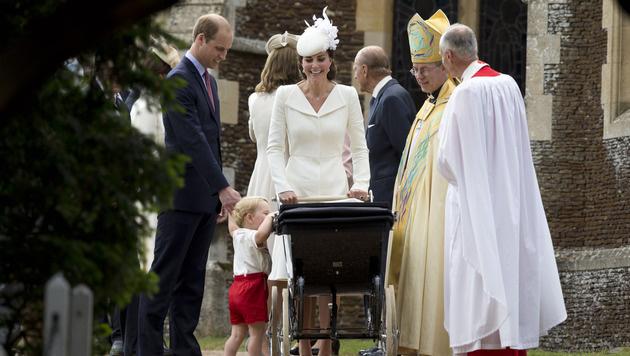 Prinz George will noch einmal schnell schauen, ob mit Schwesterchen Charlotte alles in Ordnung ist. (Bild: AP)
