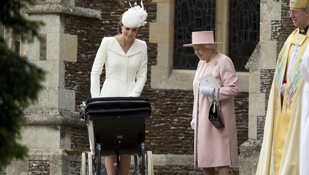 Ur-Oma Queen Elizabeth begrüßt den Täufling. (Bild: AP)
