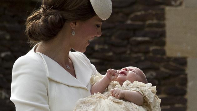 Herzogin Kate mit ihrer Tochter Charlotte (Bild: AP)