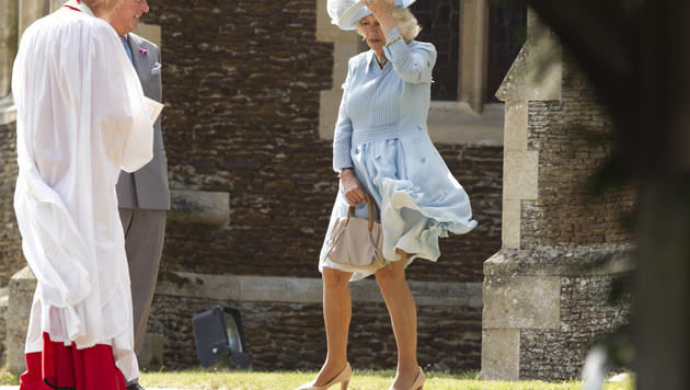 Camilla und ihre liebe Not mit dem Wind (Bild: AP)