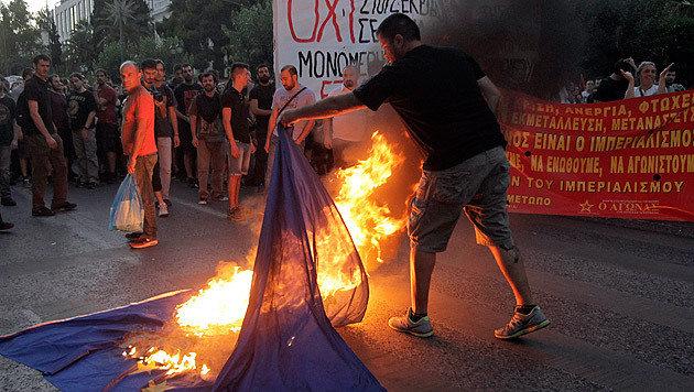Ein griechischer Demonstrant zeigt, was er von der EU hält. (Bild: APA/EPA/ORESTIS PANAGIOTOU)
