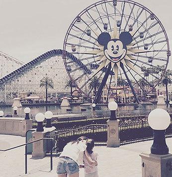 Beim Disneyland-Besuch mit Töchterchen Suri zeigt Katie Holmes ihre knackige Kehrseite in Hotpants. (Bild: Viennarepor)