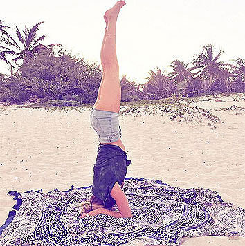 Candice Swanepoel beim Morgenyoga in Hotpants (Bild: Viennareport)