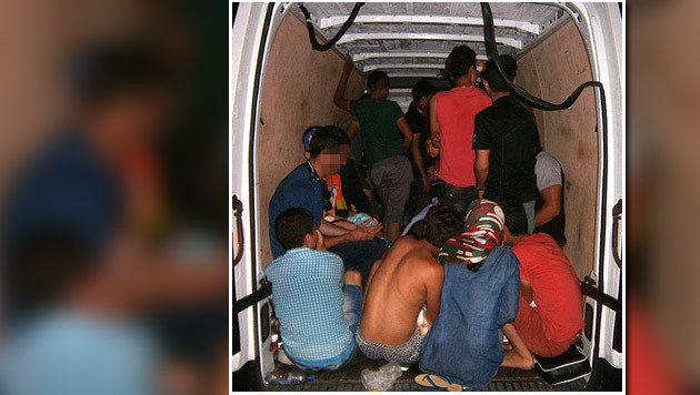 Die 36 Flüchtlinge wurden auf engstem Raum eingepfercht. (Bild: APA/LANDESPOLIZEI)
