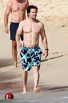 Auch Mark Wahlberg lässt seine Muckis im Strandurlaub spielen. (Bild: Viennarport)