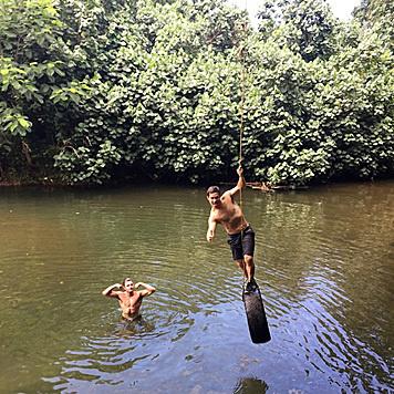 Hollywood-Schnuckel Zac Efron hat sichtlich Spaß mit seinen Freunden. (Bild: Viennareport)