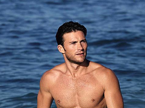 Scott Eastwoods heißen Sixpack dürfen wir derzeit im Spot von Davidoff Cool Water bewundern. (Bild: facebook.com/scotteastwood)