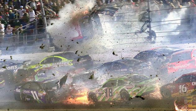 """Horror-Crash! Stars klagen: """"Rasen viel zu sehr"""" (Bild: AP)"""